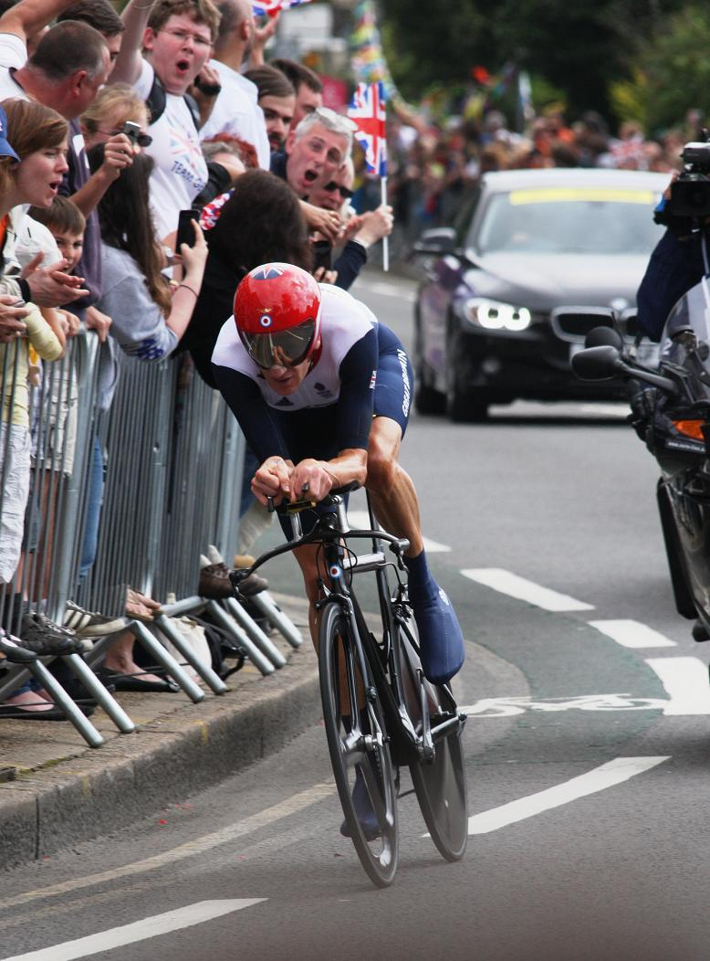 Bradley Wiggins takes gold after speeding over Hampton Court Palace finish line