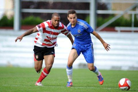 Given the nod: Kingstonian striker Wade Small battles with the Chelsea defence in Saturday's 1-0 defeat at Kingsmeadow 	Deadlinepix SP68701